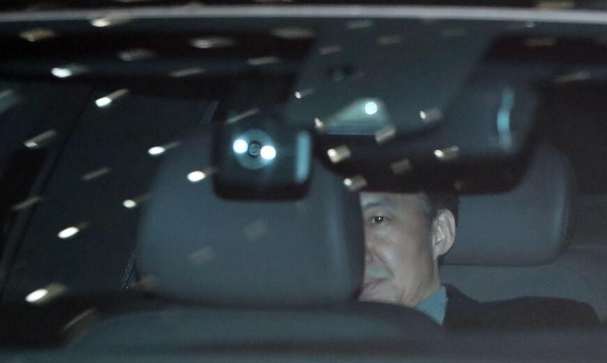 조국 전 법무부 장관이 지난달 21일 오후 서울 중앙지검에서 소환 조사를 마친 뒤 차량에 탄 채 청사 밖으로 나가고 있다. 연합뉴스