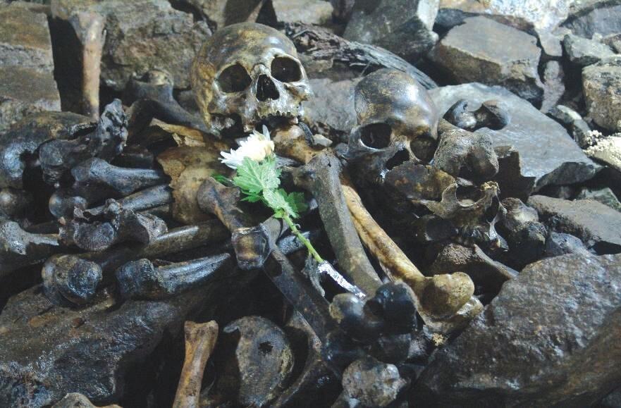 2007년 진실·화해를 위한 과거사정리위원회가 경북 경산시 폐코발트광산에서 수습한 유해에 조화가 놓여 있다. 이곳에서는 한국전쟁 초기 보도연맹원 등 민간인 3500여명이 학살당한 것으로 알려졌다. 진실·화해를 위한 과거사정리위원회 보고서 갈무리