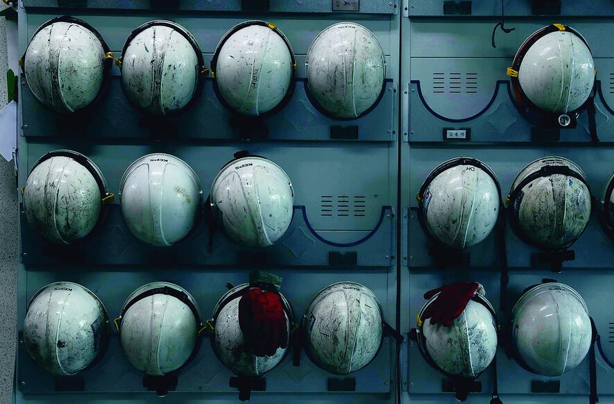 김용균씨가 일했던 한국서부발전 태안화력 대기실 입구에 가지런히 걸려 있는 안전모들. 태안/박종식 기자 anaki@hani.co.kr