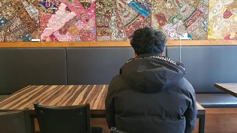 네팔 출신 노동자 ㄱ(22)씨가 25일 서울 동대문구의 한 카페에서 <한겨레>와 만나 인터뷰를 했다. ㄱ씨는 농장주가 사업장 변경을 승인하지 않아 지난 21일 극단적 선택을 시도했다.