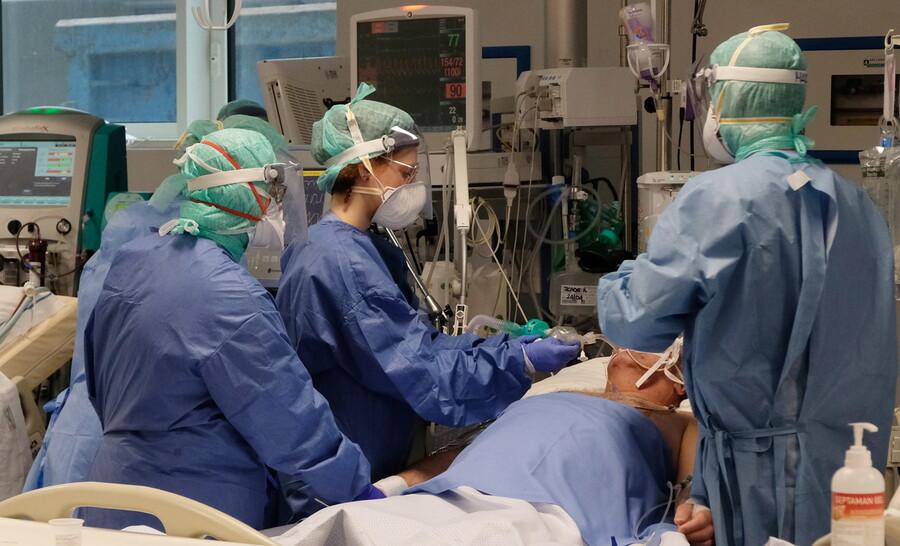 지난달 26일 이탈리아 북부 롬바르디주 도시 브레시아의 한 병원 집중치료실에서 의사들이 코로나19 중증 환자를 치료하고 있다. 브레시아/EPA 연합뉴스
