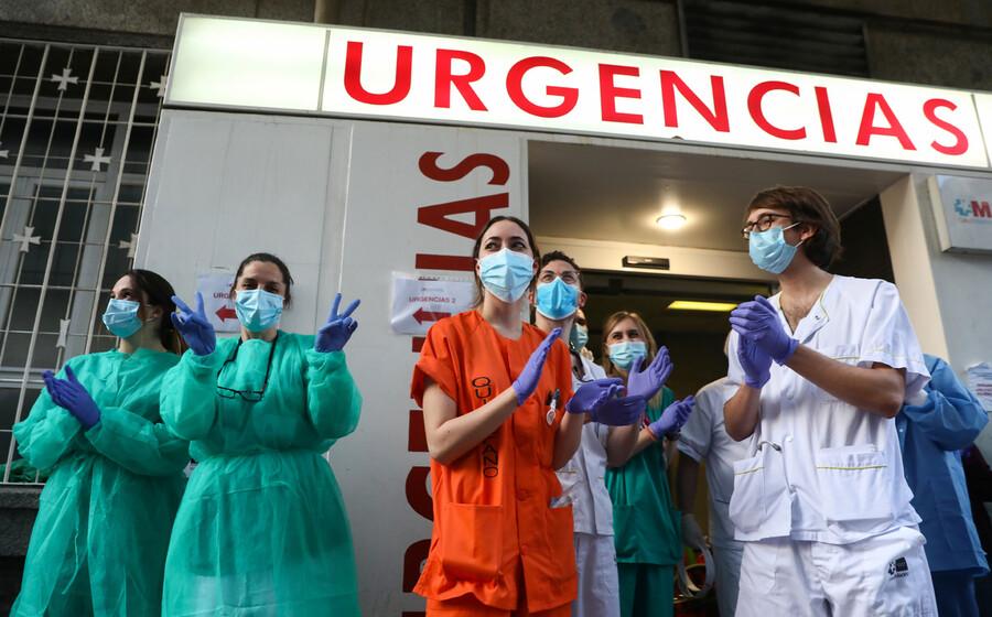 지난 5일 스페인 마드리드의 한 병원 의사들이 시민들의 지지와 응원에 박수로 화답하고 있다. 마드리드/로이터 연합뉴스