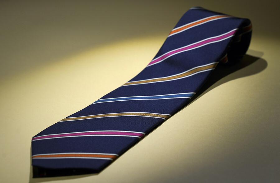 문재인 대통령이 16일 국회 개원 연설 때 착용한 넥타이. 각 당의 상징인 파랑, 분홍, 노랑, 주황을 넣어 '협치'의 의미를 살렸다. 청와대 제공