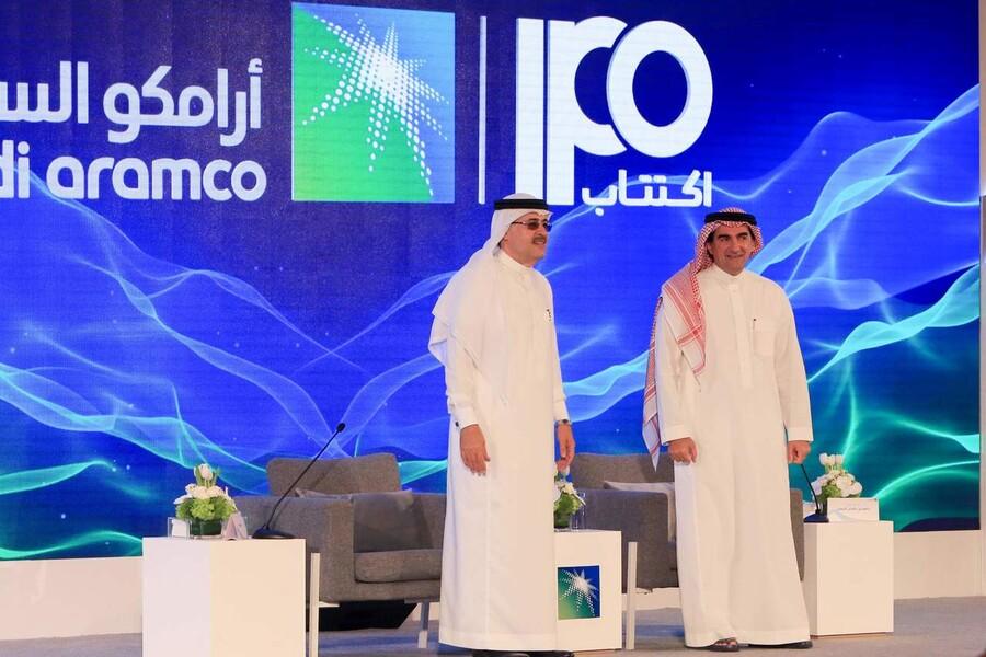 사우디아람코의 야시르 알루마이얀 회장(오른쪽)과 아민 나시르 최고경영자(CEO)가 지난 3일(현지시간) 사우디 동부 다란에서 기업공개(IPO) 관련 기자회견을 하고 있다. 빈 살만 왕세자는 지난 8월 최측근인 알루마이얀 사우디국부펀드(PIF) 총재를 아람코 회장에 앉혔다. 연합뉴스