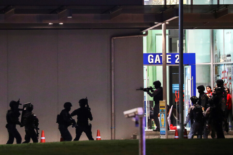 Thailand security forces enter in a shopping mall as they chase a shooter hidden in after a mass shooting in front of the Terminal 21, in Nakhon Ratchasima, Thailand February 9, 2020. REUTERS/Athit Perawongmetha/2020-02-09 05:45:47/ <저작권자 ⓒ 1980-2020 ㈜연합뉴스. 무단 전재 재배포 금지.>