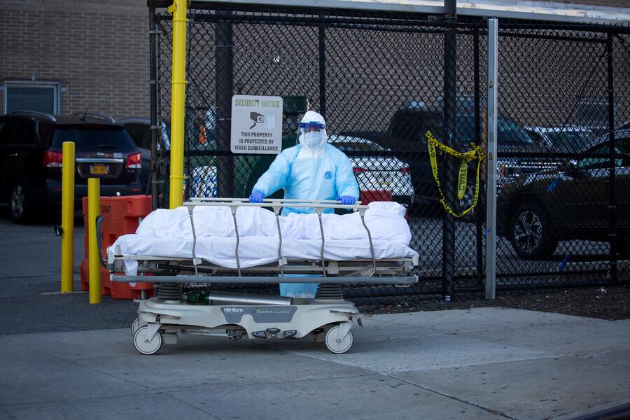 지난 6일 미국 뉴욕의 한 병원에서 코로나19에 감염돼 숨진 한 희생자의 주검이 실려 나오고 있다. 뉴욕/신화 연합뉴스