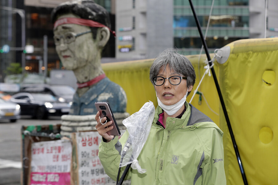 '김용희 삼성해고노동자 고공농성 공동대책위원회' 임미리 대표가 15일 삼성전자 서초사옥이 있는 서울 강남역 사거리 교통 폐회로텔레비전(CCTV) 철탑 앞에서 협상 경과를 보고하는 기자회견을 하고 있다. 삼성은 이날 합의문 작성에 합의했으나 갑자기 일주일 뒤로 연기했다. 김명진 기자 littleprince@hani.co.kr