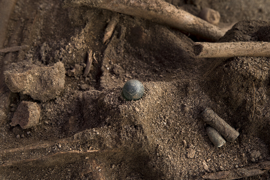 2018년 봄 충청남도 아산 배방읍 설화산 민간인 학살 유해발굴지에서 어린이 장난감으로 보이는 구슬이 발견됐다. 이곳에서는 6·25전쟁 당시 사망한 208명의 여성과 아이 등의 유해가 발굴됐다. 주용성 사진작가 제공