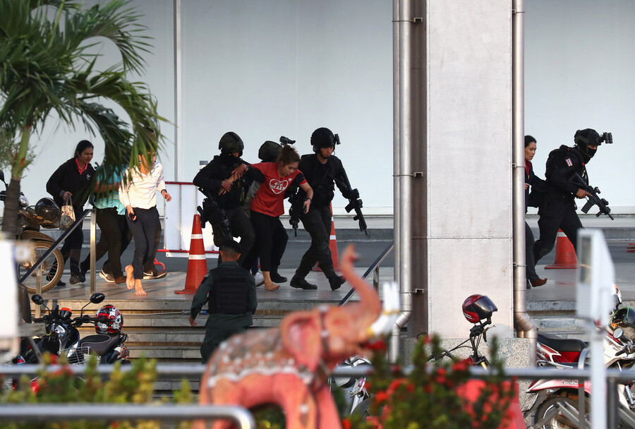8일 저녁 타이 북동부 도시 나콘라차시마의 터미널 21 쇼핑센터로 도주한 무장탈영한 군인이 총기를 난사한 현장에서 군경이 쇼핑객들을 구출하고 있다. 나콘라차시마/로이터 연합뉴스