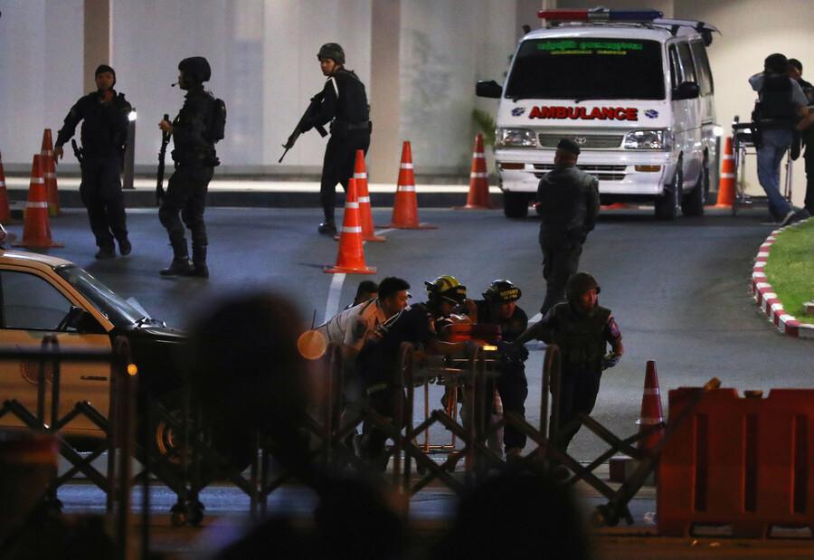 8일 저녁 타이 북동부 도시 나콘라차시마의 터미널 21 쇼핑센터로 도주한 무장탈영한 군인이 총기를 난사한 현장에서 군경이 범인 제압 과정 중 총에 맞은 군인을 긴급 이송하고 있다. 나콘라차시마/로이터 연합뉴스