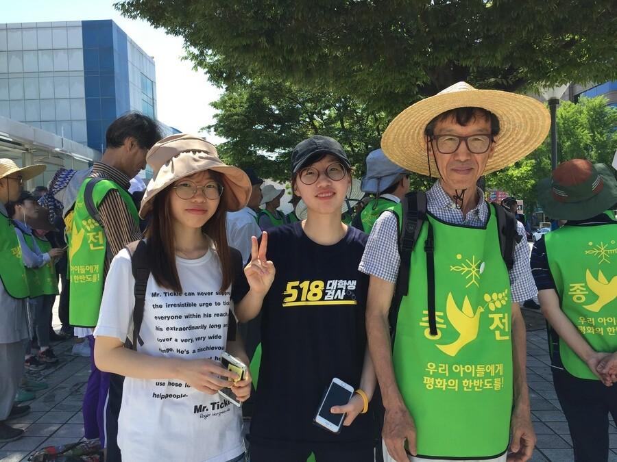 큰딸 민수(왼쪽)와 둘째 딸 윤오와 함께 걸은 한반도 평화 만들기 은빛순례.