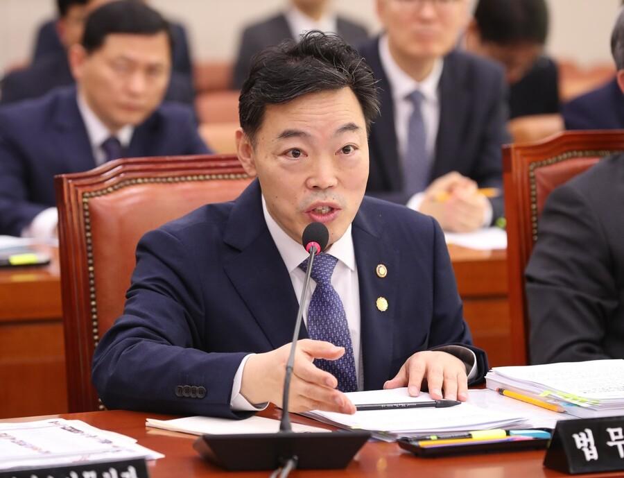 김오수 법무부 차관이 지난해 11월 국회에서 열린 법사위 전체회의에서 검찰개혁 질문에 답하고 있다. 강창광 선임기자 chang@hani.co.kr