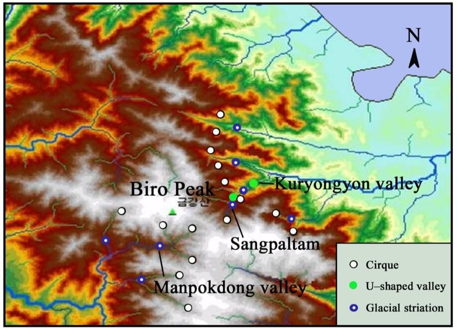 금강산 전역에서 발견된 빙하 흔적. 검은 원은 권곡, 초록 원은 유자형 계곡, 푸른 원은 빙하가 남긴 마찰 무늬를 가리킨다. 전원석 외 (2020) '지질유산' 제공.