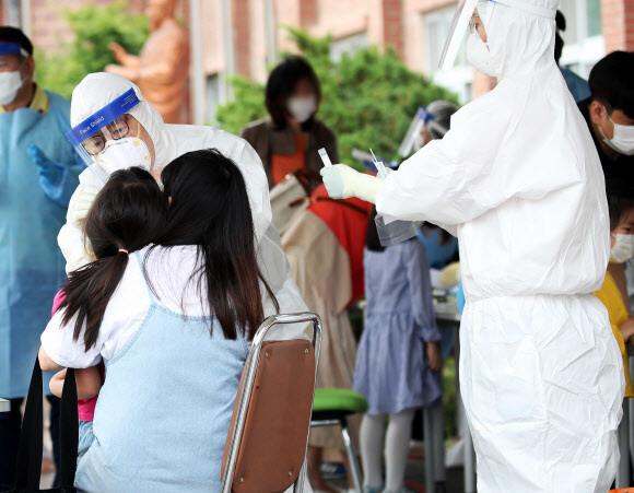 지난달 31일 오후 경기도 안양시 양지초등학교 운동장에서 진단 검사가 진행되고 있다. 연합뉴스