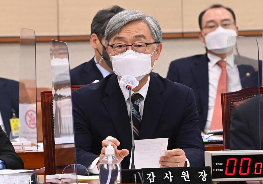 최재형 감사원장이 18일 서울 여의도 국회에서 열린 법제사법위원회 전체회의에서 의원들의 질의에 답하고 있다. 연합뉴스