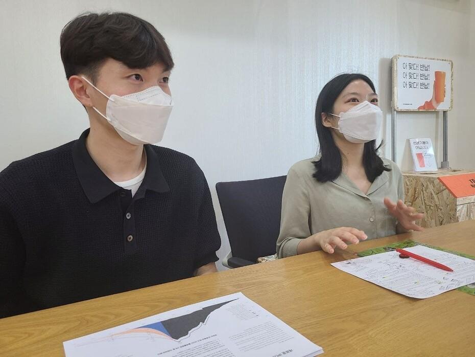 노건우 1.5도클럽 활동가와 현유정 빅웨이브 활동가가 지난 15일 서울 마포구 한겨레신문사에서 '2040 기후중립 시나리오'를 설명하고 있다.