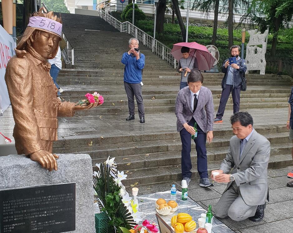 광주 '5·18 시민군 김군 동상', 제막 하루 만에 철거 위기