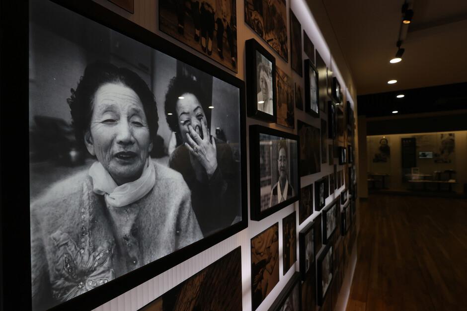 일본군 '위안부' 피해자들의 사진이 지난 15일 오후 경기 광주시 퇴촌면 원당리 나눔의집 안 제2역사관에 전시되어 있다. 광주/이정아 기자 leej@hani.co.kr
