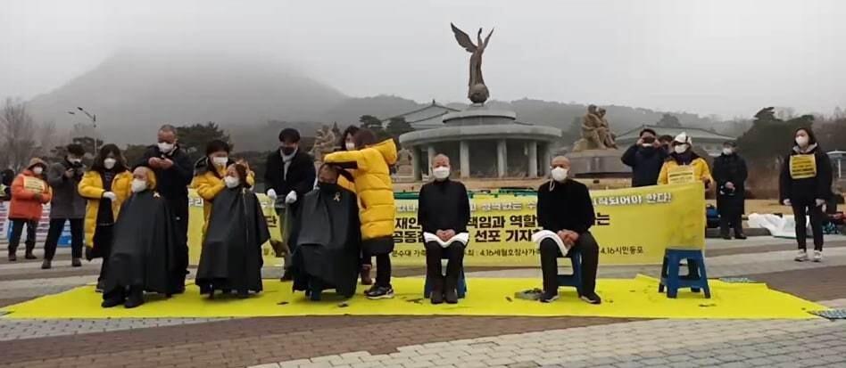 세월호 참사 유족들과 최헌국 목사가 22일 청와대 분수대 앞에서 열린 삭발식에 참가했다. 4·16연대 제공.