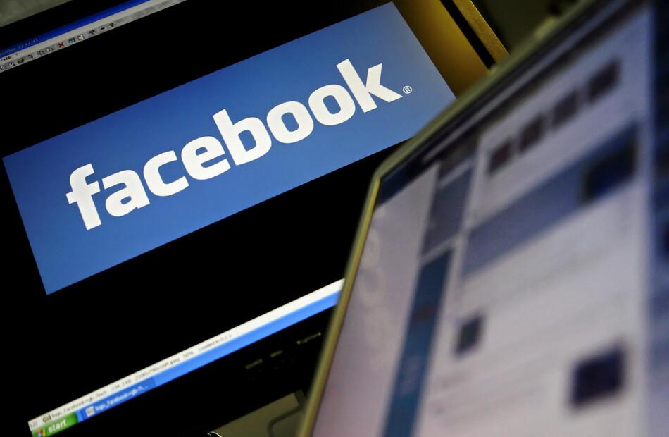 2011년 12월 헌법재판소 결정으로 사회관계망서비스(SNS)를 활용한 선거운동은 투표일을 포함해 상시로 가능해졌다. 허위사실 유포, 비방 등은 에스엔에스에서라도 금지된다. 한 컴퓨터 화면에 비친 페이스북 로고. 연합뉴스