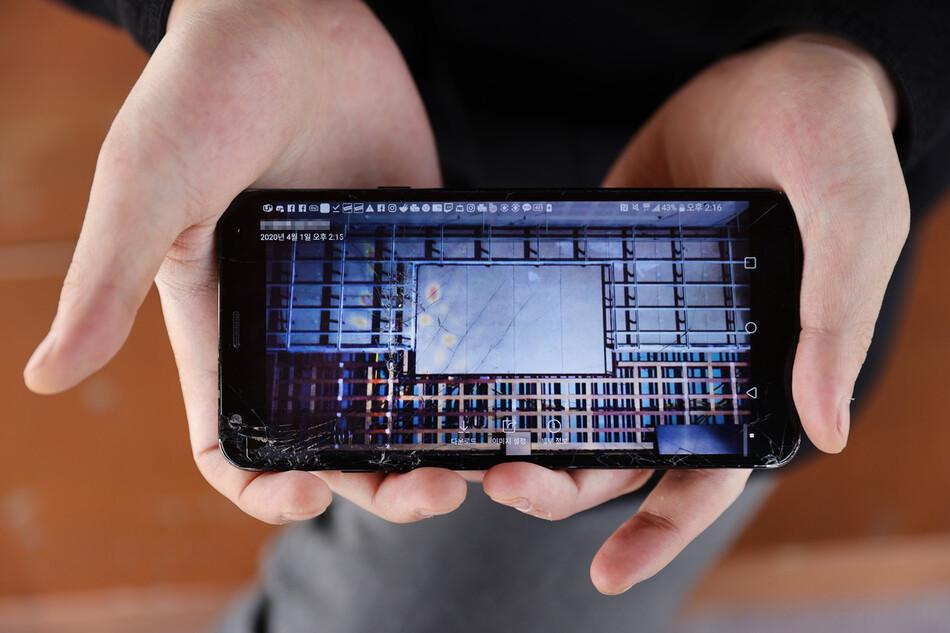 황태석씨가 지난 1일 오후 건설 공사장을 찍은 자신의 작품이 담긴 휴대전화 화면을 보여주고 있다. 그는 사진이 됐든, 그림이 됐든, 창작하는 일을 하고 싶다고 말했다. 이정아 기자 leej@hani.co.kr