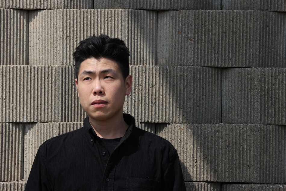 황태석씨가 지난 1일 오후 서울 강북구 번동에 있는 자신의 집 근처 한 공원에서 잿빛 벽을 등지고 하늘을 응시하고 있다. 그는 굳이 '작가'로 불리고 싶은 생각은 없다고 했다. 이정아 기자 leej@hani.co.kr