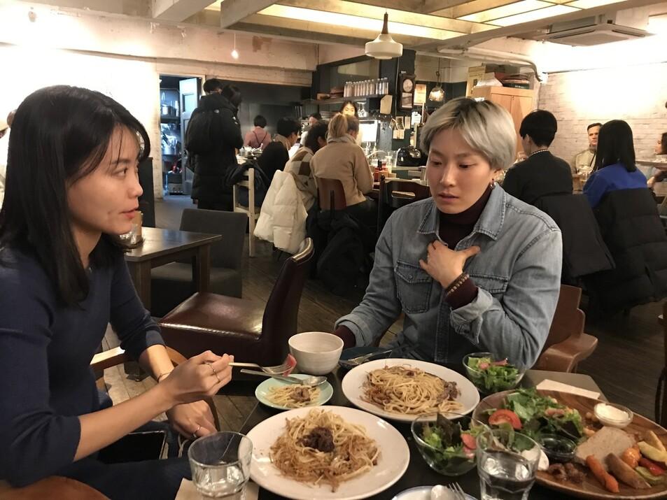11월29일 서울 마포구 한 채식레스토랑에서 애피와 만난 '초식마녀' 박지혜씨와 '단지앙' 장지은씨. 서로 다른 매력을 선보여온 두 사람이지만 비건이 된 계기는 비슷했다.