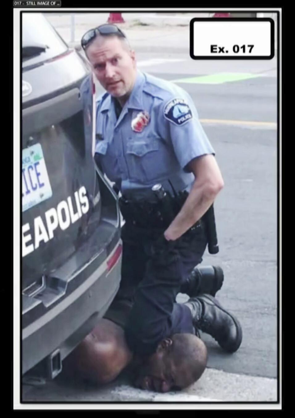 2020년 5월25일, 미국 미네소타주 미니애폴리스의 한 편의점에서 백인 경찰관 데릭 쇼빈이 흑인 남성 조지 플로이드에게 수갑을 채운 뒤 무릎으로 목을 짓누르고 있다. 주변의 한 시민이 10분 가까이 촬영한 동영상이 퍼지면서 미국뿐 아니라 세계가 큰 충격을 받았다. 로이터 연합뉴스