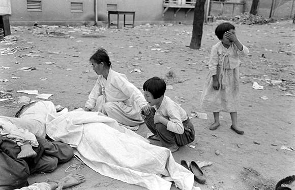 미국 <라이프> 기자 칼 마이던스가 찍은 1948년 여순사건 당시 사진. 아버지의 시신 앞에서 오열하는 딸들. 연좌제는 유족에 대한 저강도 학살이었다. 여수지역사회연구소 제공