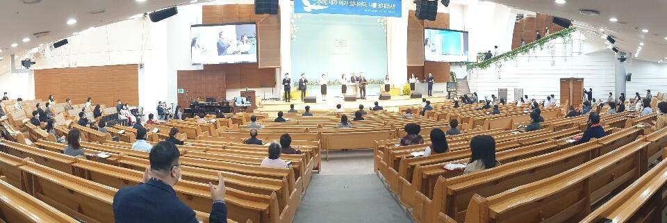 22일 오전 대전 서구 만년동 ㅅ교회에서 신도들이 일정한 간격으로 떨어져 앉아 예배를 보고 있다. 최예린 기자