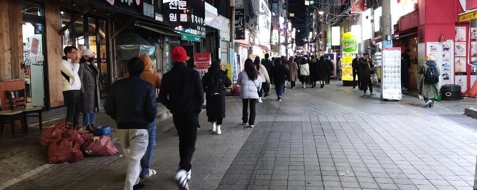 """'2단계+α' 부산 밤 9시 휑해진 거리…""""손님 80% 줄어"""""""