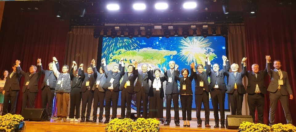 22일 충남 예산에서 열린 '2019 탈석탄 기후변화 대응 국제컨퍼런스'에 참석한 국내외 인사들이 기후위기에 대한 적극적인 대응을 다짐하고 있다. 최예린 기자