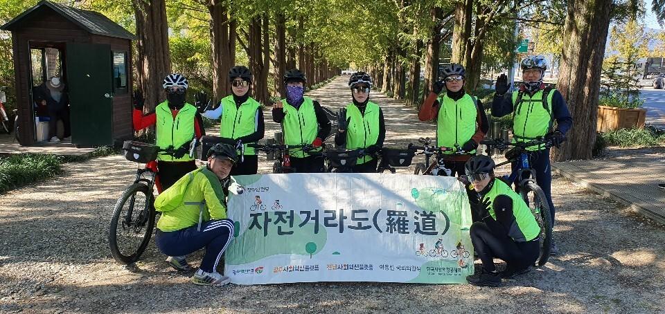 '자전거라도' 프로젝트의 자전거길 코스를 개발하기 위해 지난 24일 전남 담양을 찾은 광주에코바이크 회원들이 메타세쿼이아 가로수길 들머리에서 자세를 잡고 있다.  광주에코바이크 제공