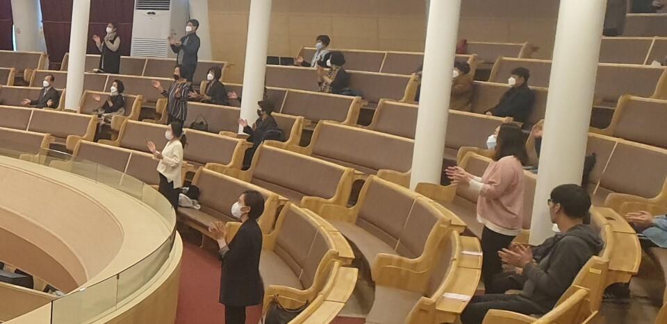 22일 서울 강서구 ㅊ교회에서 예배에 참석하고 있는 교인들의 모습. 이정규 기자