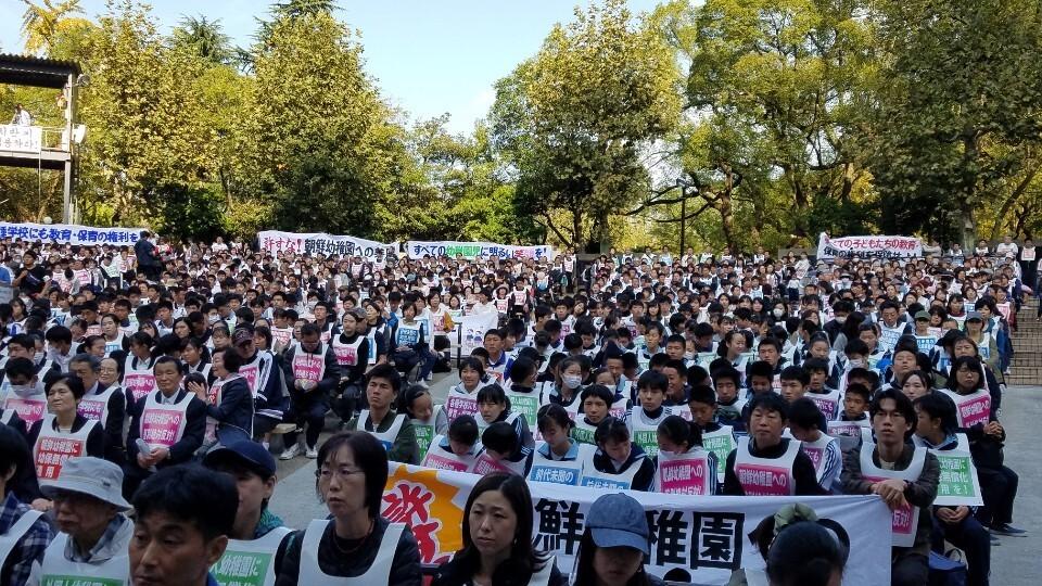 재일동포와 일본 시민들이 2일 도쿄 지요다구 히비야공원에서 조선학교 유아교육 무상화 제외 조처에 반대하는 집회에 참석해 있다.