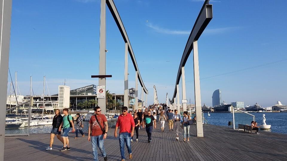 바다 건너편의 대형쇼핑몰 등을 둘러본 관광객들이 육지인 콜럼버스동상 쪽으로 나오고 있다.