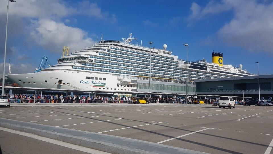바르셀로나항엔 8척의 크루즈 선박이 동시에 입항할 수 있다. 크루즈 승객들이 시내로 가는 버스를 타기 위해 기다리고 있다.