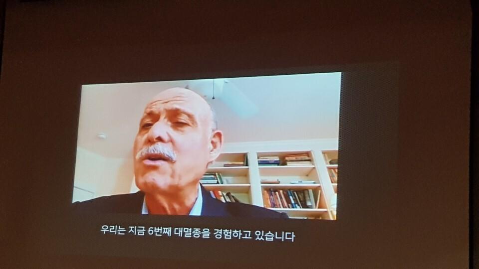 """이날 토론회 기조연설을 한 제러미 리프킨은 """"한국도 20년 이내에 탄소 배출을 제로로 만드는 인프라를 구축할 수 있다""""며 """"문재인 정부가 더욱 야심차게 변화를 추진하도록 밀어붙이고 압박해야 한다""""고 지적했다."""