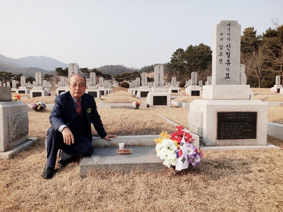 1919년 의열단 창립 단원인 신철휴가 잠든 국립대전현충원 묘소에 앉아 있는 아들 신홍우씨. 신홍우씨 제공
