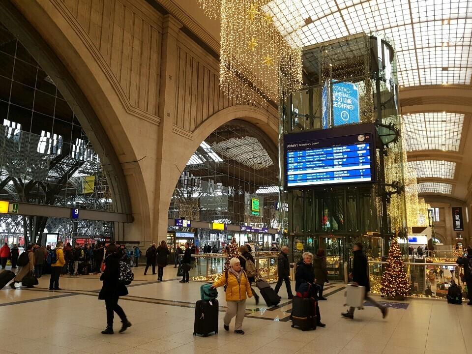 열차로 최대 24시간 안에 유럽 대부분의 지역에 도달할 수 있다는 점은 '유럽의 물류 중심지' 라이프치히의 가장 큰 지리적 이점이다. 유럽 최대 규모로 재탄생한 라이프치히 중앙역에서 지난 12월12일 열차를 이용하려는 승객들이 바삐 오가고 있다.