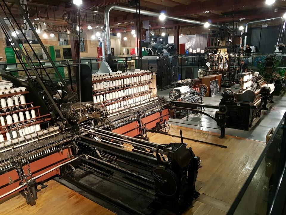 '최초의 산업도시'라는 수식어가 따라붙는 맨체스터 옛 도심엔 산업혁명 당시의 면방직 산업 관련 건물과 유적이 즐비하다. 사진은 맨체스터와 리버풀을 잇는 철도 종착점 건물을 개조해 문을 연 과학기술박물관에 전시된 옛 방직기.
