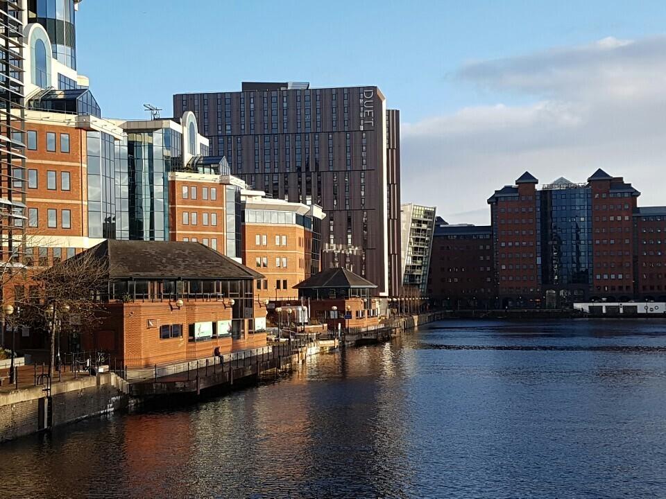 맨체스터운하 북쪽에 맞닿은 미디어시티엔 저마다 독특한 모양을 한 현대식 건물들이 들어서 있다.