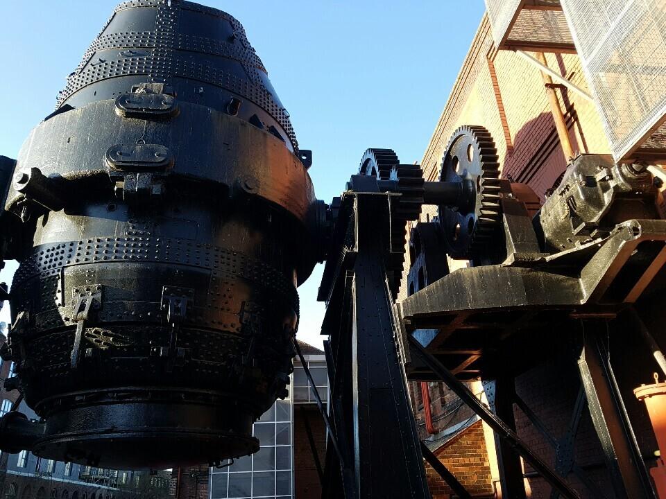 셰필드 켈럼아일랜드박물관 입구에 전시된 '베서머 용광로'. 19세기 중반의 공학자 헨리 베서머가 용해된 철에 공기를 불어넣는 공법을 개발해 셰필드 공장에서 실제 사용한 용광로다.