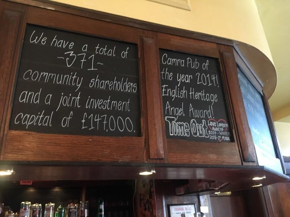 영국 런던 남부 서더크 자치구의 넌헤드 지역에 있는 공동체 소유 펍 '아이비 하우스' 내부 모습. '공동체 주주 371명이 14만7천파운드를 출자했다'는 안내 문구가 적혀 있다. 전은호 목포시도시재생지원센터장 제공