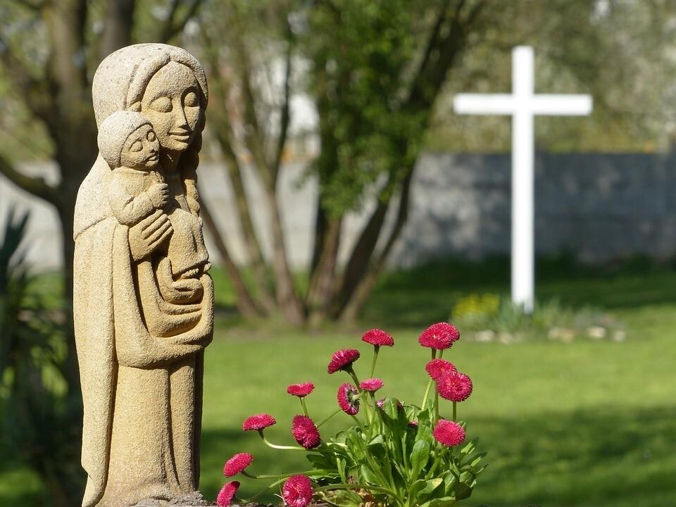 아기 예수를 안고있는 성모 마리아상. 사진 픽사베이