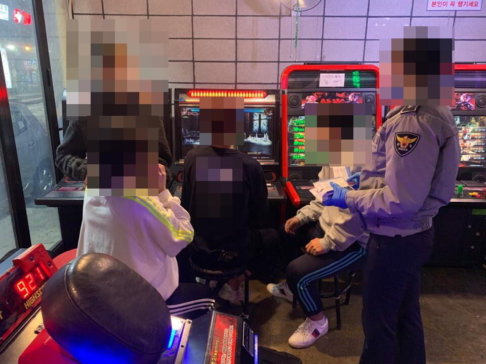 부산 부산진구 서면의 한 오락실에서 경찰관이 청소년들과 대화를 나누고 있다. 가정 밖 청소년들이 모이는 곳이다. 부산지방경찰청 제공