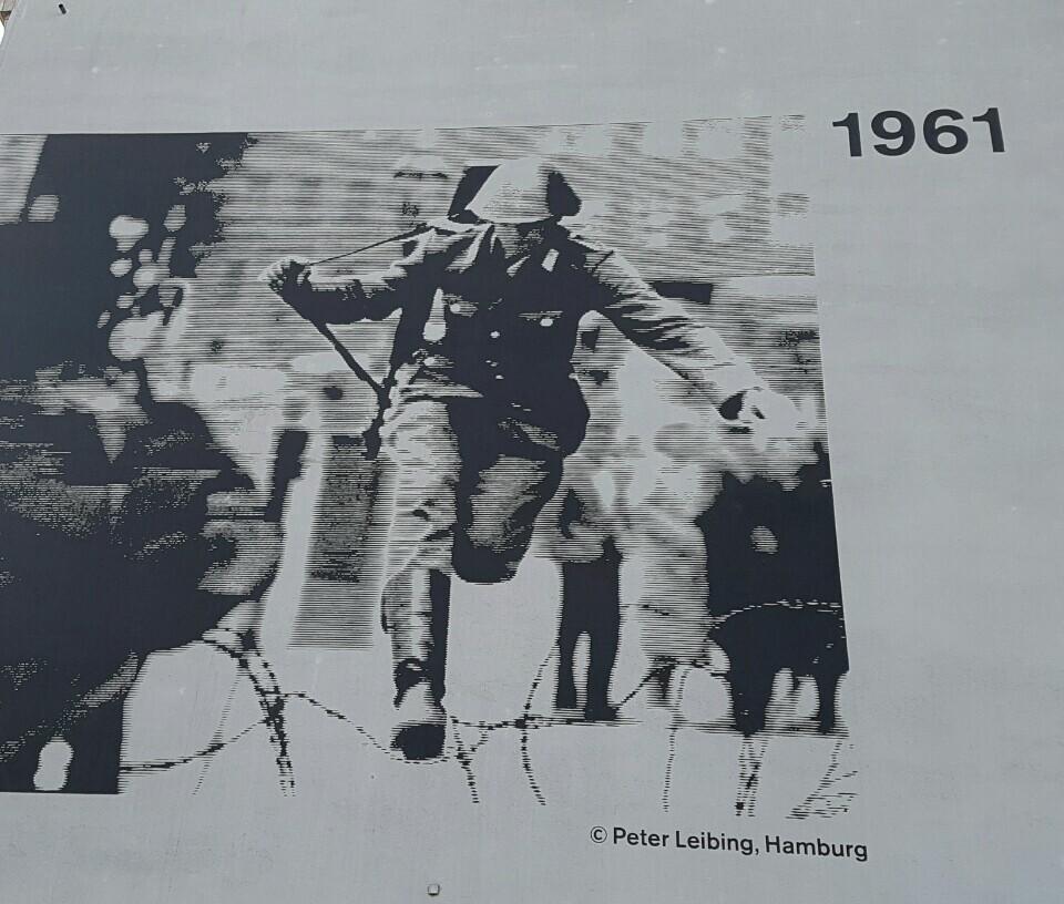 베르나워 거리 벽에 붙어 있는 대형 사진. 1961년 동독 경찰 콘라트 슈만의 탈출 장면을 찍은 사진이다.