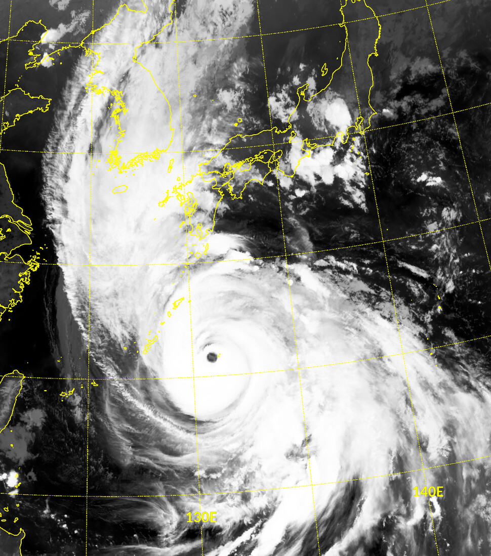 천리안위성 2A호가 9월6일 0시에 촬영한 제10호 태풍 하이선 영상. `초강력' 태풍으로 발달해 태풍 눈이 또렷하게 보인다. 기상청 국가기상위성센터 제공