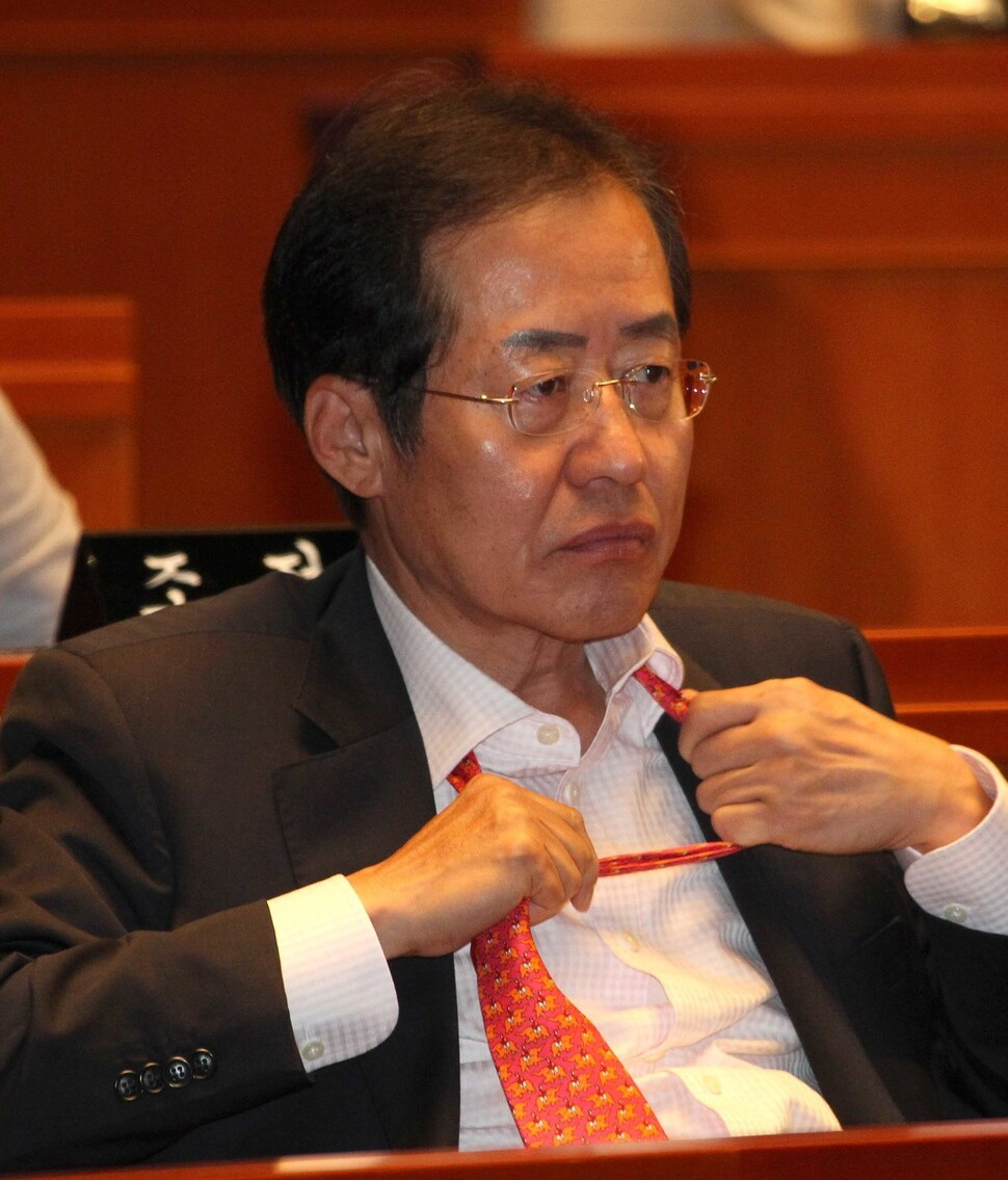 2011년의 당대표 시절은 짧았다. 의원총회에서 굳은 표정으로 넥타이를 고쳐 매는 위기의 남자 홍준표. 촬영 탁기형 기자.