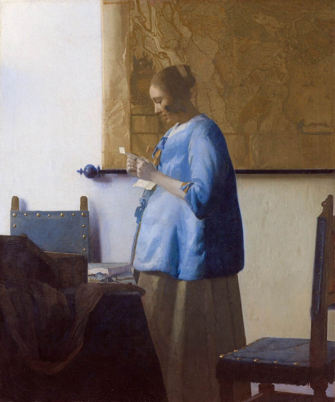 요하네스 페르메이르, <푸른 옷을 입고 편지를 읽는 여인>(1663년 작). 편지를 읽거나 쓰는 여인의 미묘한 설렘과 떨림을 담아낸 페르메이르의 그림들은 볼 때마다 감동을 준다. 편지를 읽는 여인의 표정은 아름다운 문학작품을 읽을 때 우리가 느끼는 설렘을 무척이나 닮았다.